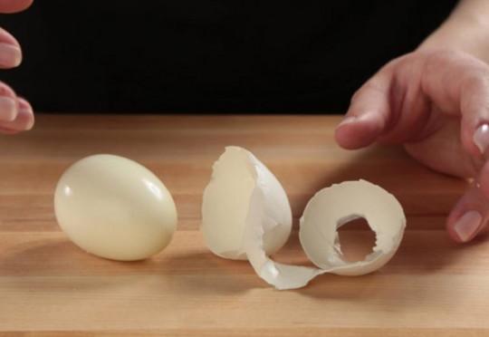 Une astuce simple afin d'écaler les œufs cuits durs plus facilement!