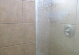 Le meilleur truc pour laver les douches en vitre facilement!