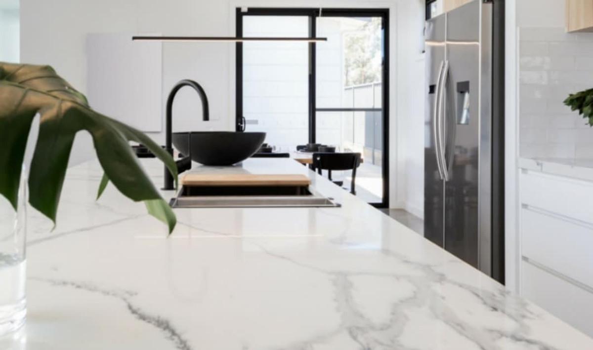 Le meilleur truc pour faire un nettoyant pour le marbre (Écologique et facile!)