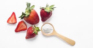 Blanchiment naturel pour les dents à base de fraises