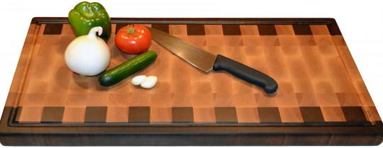 Truc facile et rapide pour nettoyer sa planche à découper (3 ingrédients)