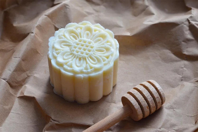 Recette facile pour faire votre propre shampooing en barre au miel!
