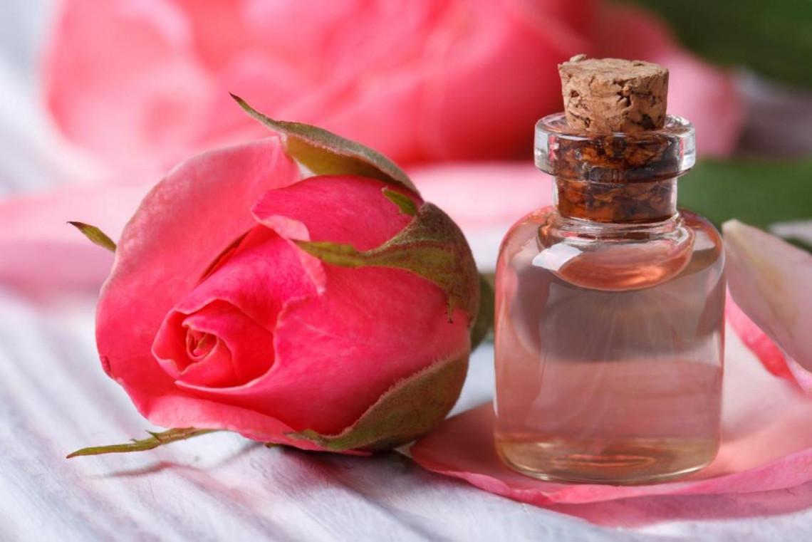 Recette d'eau de rose maison, facile à faire et très économique!