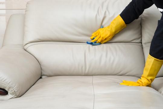 Comment bien nettoyer un divan en cuir (Très facile!)