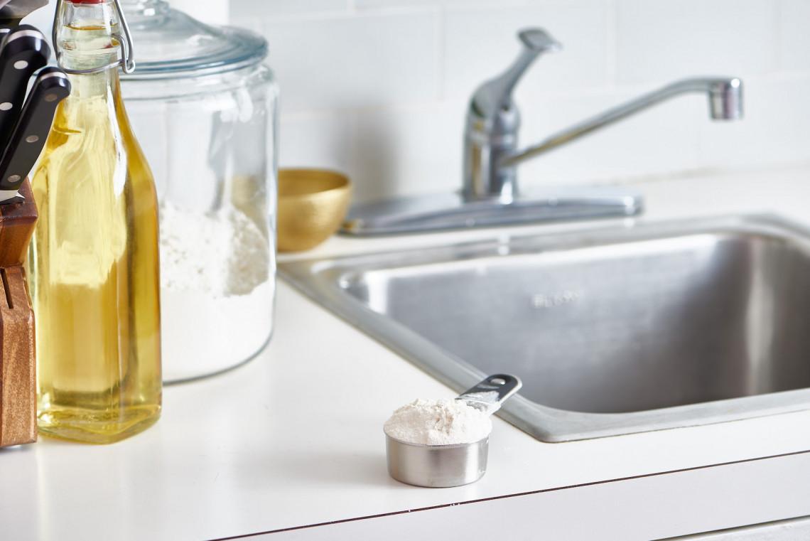 Ce truc est surprenant pour polir un évier en inox (UN seul ingrédient!)