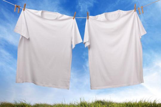 Voici 3 façons faciles et surprenantes de reblanchir vos vêtements!