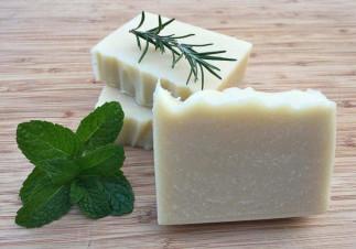 Un shampooing en barre à la menthe et au romarin (Très économique!)